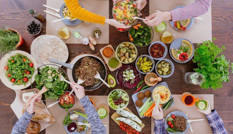 Familie sidder omkring bordet og nyder et sundt måltid