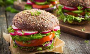 Frisk vegansk måltid med burger
