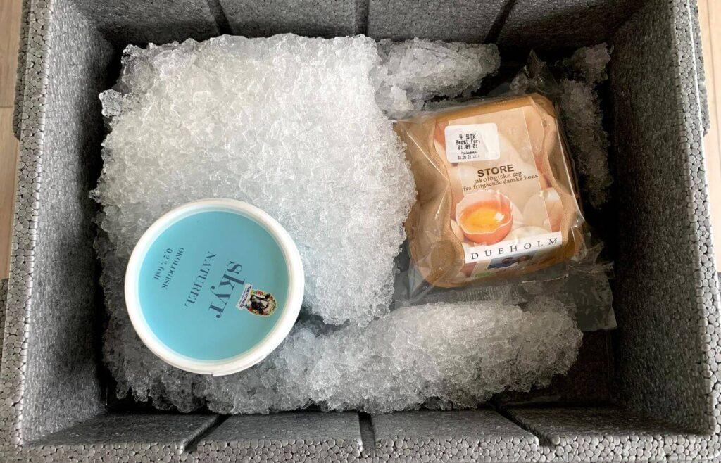 Kig ned i Aarstiderne flamingokasse med knust is og madvarer