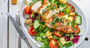 Frisk aftensmad med kylling og salat på tallerken