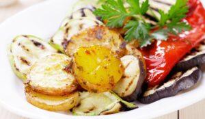 Vegansk måltid med kartofler, squash og peberfrugt
